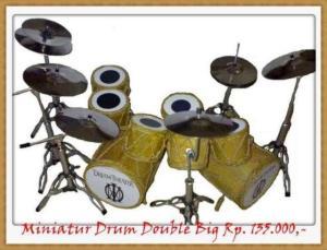 Miniatur drum dari bahan eceng gondok